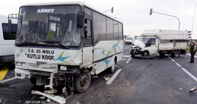 Öğrenci servisi iki kamyonete çarptı: 12 yaralı