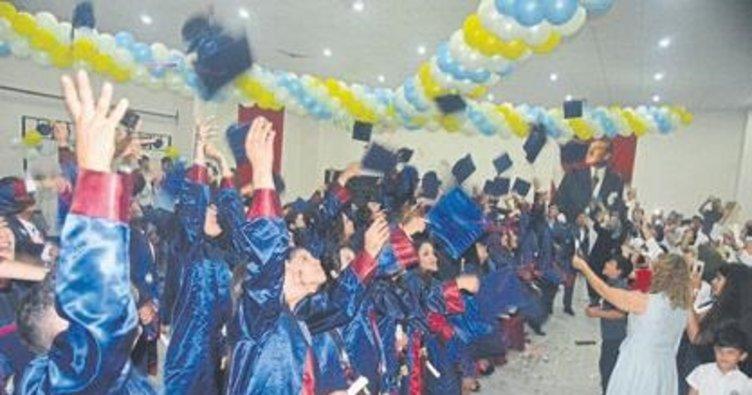 Sağlıkçılar mezun olup kep fırlattı