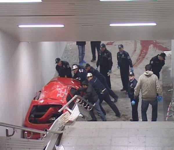 Otomobil metro istasyonuna daldı...