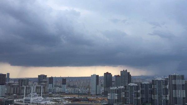 İstanbul'da gökyüzünde inanılmaz anlar! Yağış bulutlardan yeryüzüne böyle indi...
