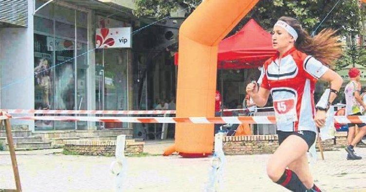 Kucağında kızıyla koştu şampiyon oldu