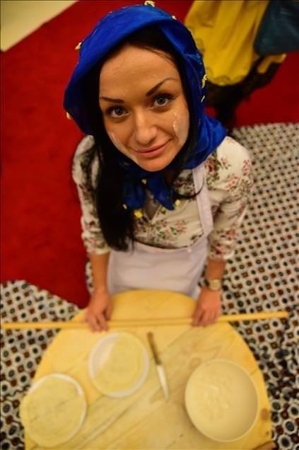 Yabancı gelinler çiğ börek yaptı
