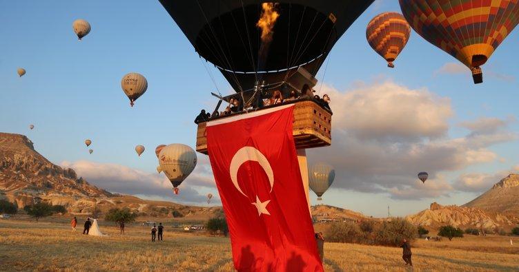 Kapadokya'da balonlar 15 Temmuz'da Türk bayrağı ve pankartlarla havalandı