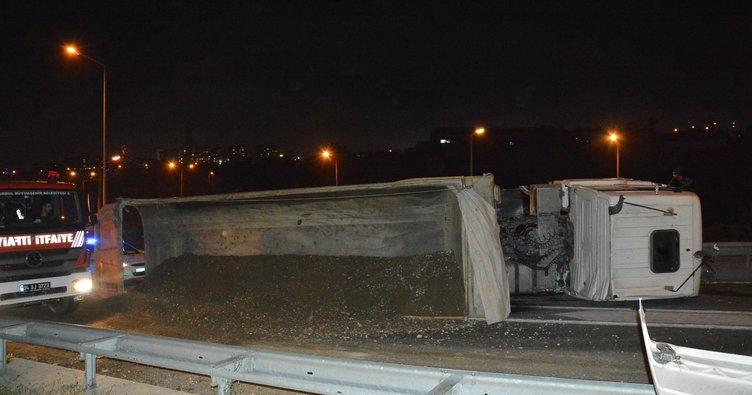 Kağıthane'de toprak yüklü hafriyat kamyonu devrildi: 1 yaralı