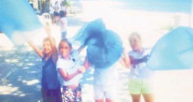 Çocuklarla sahili temizledi