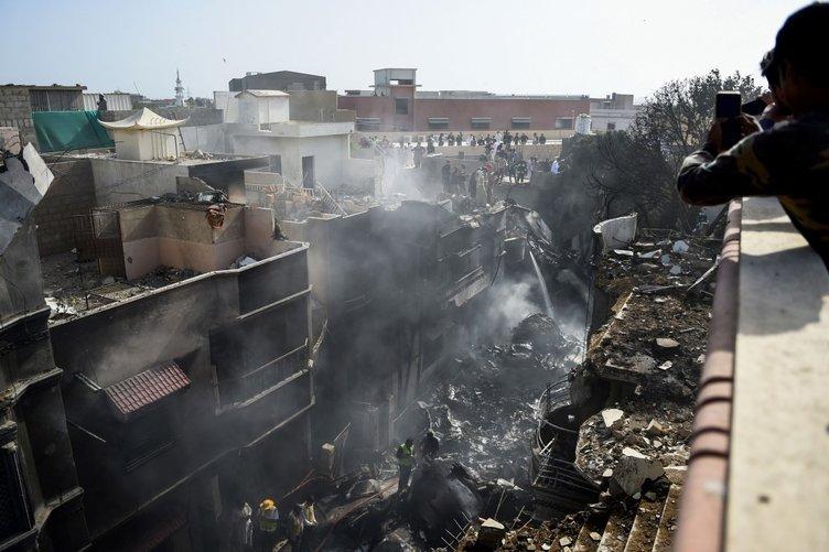 """SON DAKİKA HABERİ: Pakistan'da düşen uçaktan sağ kurtuldu! Feci kazayı anlattı: """"Duyduğum tek şey çığlıklardı"""""""