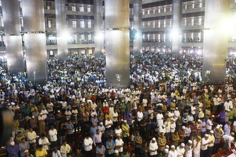 Endonezya'da Ramazanın ilk cuma namazı kılındı