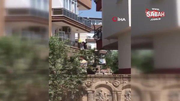 Kiracısına kızdı, 2 metrelik sopa ile saldırdıKiracısına kızdı, 2 metrelik sopa ile saldırdı | Video