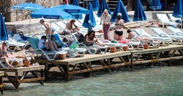 Antalya'da şehir merkezindeki Mermerli Plajı, turistlerle doldu
