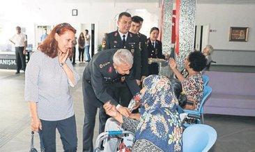 Jandarma personeli huzurevini ziyaret etti