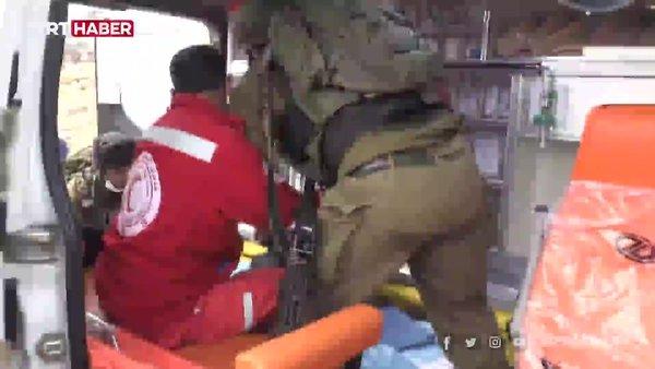 İsrail askerleri, yaralı Filistinliyi ambulanstan almaya çalıştı | Video