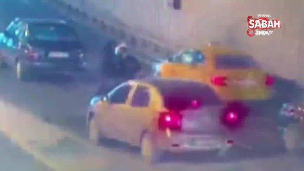 Döviz bürosuna ait nakit para taşıyan kuryeyi trafiğin ortasında gasp ettiler | Video