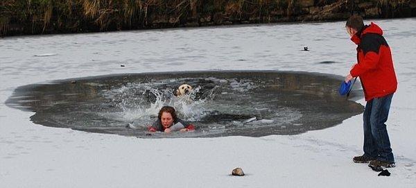 Köpeğini kurtarmak isterken