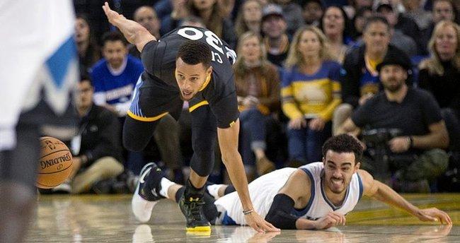 Warriors ve Spurs'un serileri sürüyor