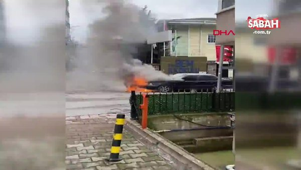SON DAKİKA: İstanbul Ümraniye'de park halindeki otomobil alev alev yandı | Video