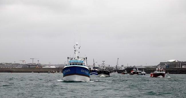 Manş Denizi'nde kafa kafaya gelmişlerdi: İngiliz savaş gemilerinden yeni hamle!
