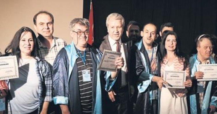 Engelliler cübbe giyip mezun oldu