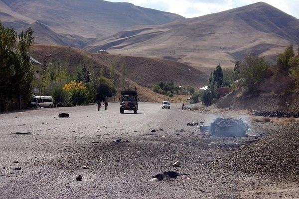 Yüksekova'da bomba yüklü araç patlatıldı