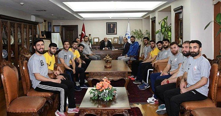 Adıyaman'da hentbol takımı Rektör Gönüllü ile bir araya geldi