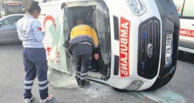 Ambulansla kamyonet çarpıştı: 2 yaralı
