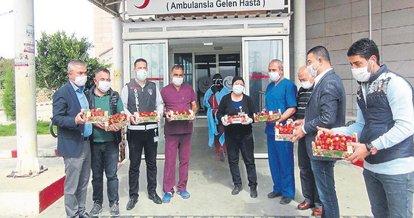 Sağlık çalışanlarına 1 ton çilek dağıttı