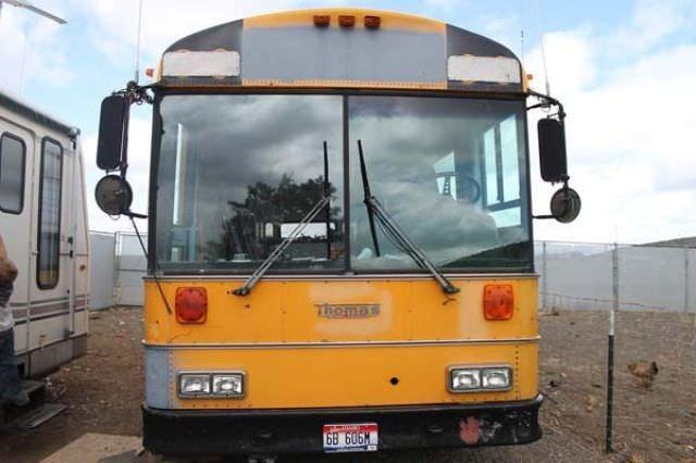 6 kişilik aile otobüse taşındı
