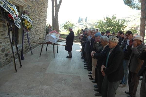 48 yıl sonra annesinin mezarını naklettirdi