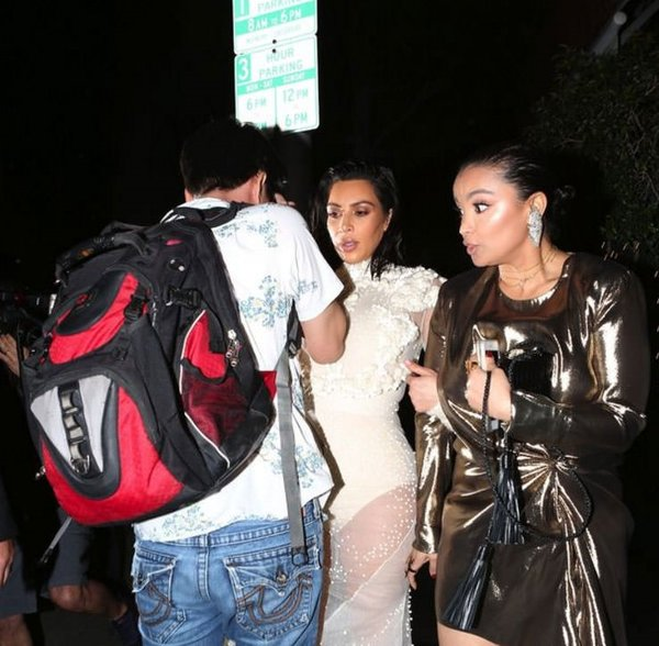 Kim Kardashian katıldığı davette hayranının tacizine uğradı