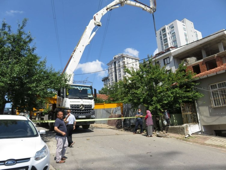 Beton mikseri yüksek gerilim hattına çarptı, evlerdeki elektronik eşyalar yandı