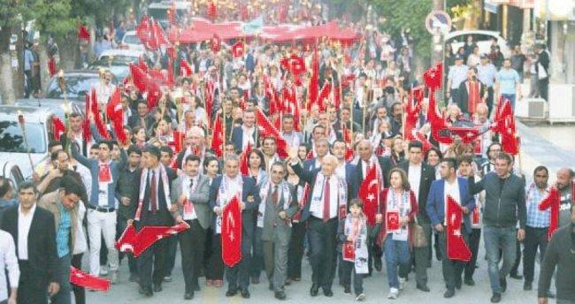 1 km uzunluğunda Türk bayrağı