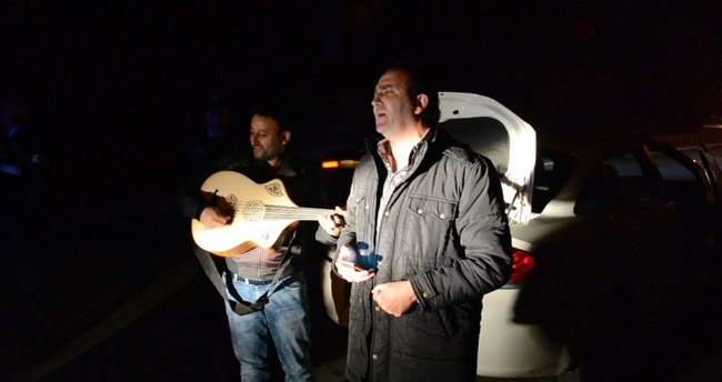 Çevirmeye takıldı, polise serenat yaptı