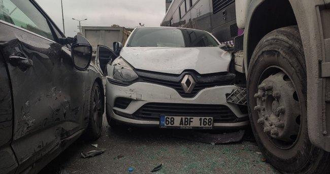 Başakşehir'de zincirleme kazada 5 araç birbirine girdi: 1 yaralı
