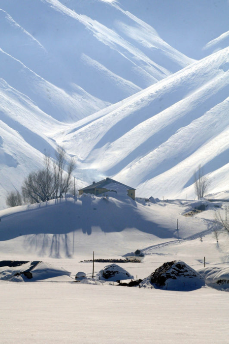 Yüksekova'dan kartpostallık kar manzaraları
