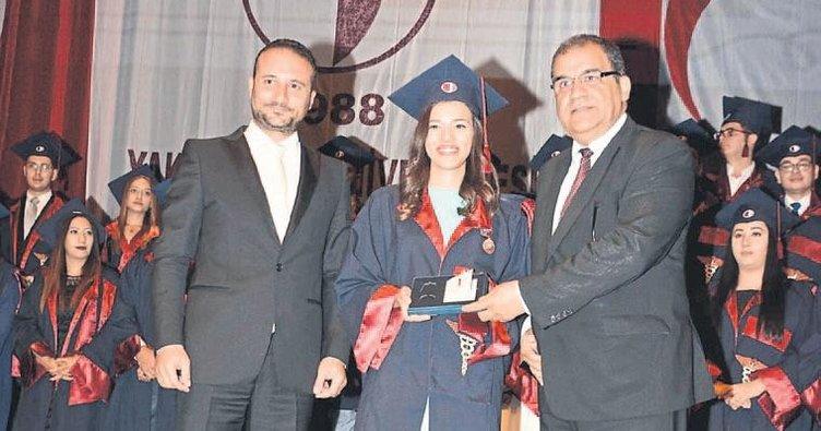 Tıp öğrencileri mezuniyette coştu