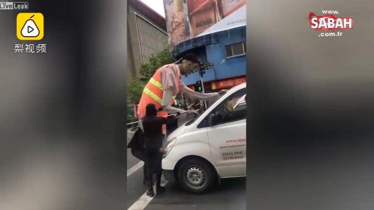 Işıkta bekleyen araçların camlarını silerek para kazanma olayını bambaşka bir boyuta taşıyan insanlar