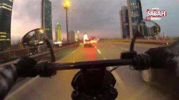 Seyir halindeki motosikletlilerin feci kazası kamerada   Video