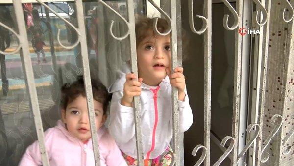 İstanbul'da virüsten korkan küçük kız yaşıtlarını camdan böyle izledi |Video