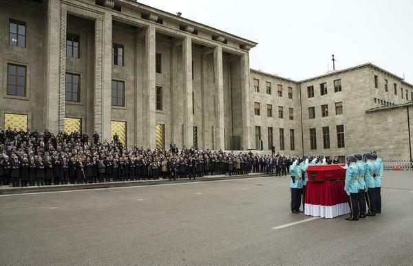 Emekli Büyükelçi Bölükbaşı'na TBMM'de tören düzenlendi! Acılı kızının yürek burkan anlarıı