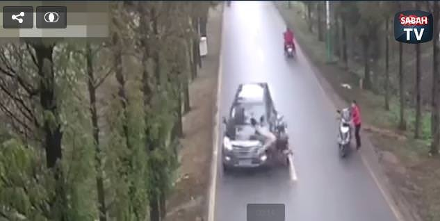 Kontrolden çıkan motosiklet ciple böyle çarpıştı