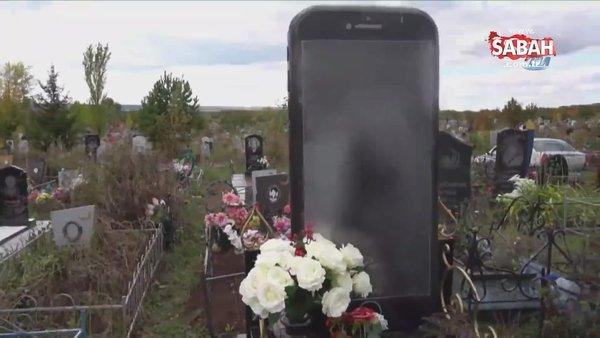 iPhone şeklinde mezar taşı görenleri şaşırttı