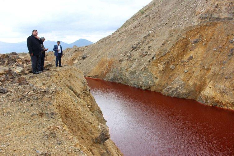 Terk edilmiş madendeki gölet, kızıla boyandı
