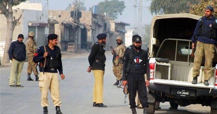 Pakistan'da polise saldırı: 3 ölü