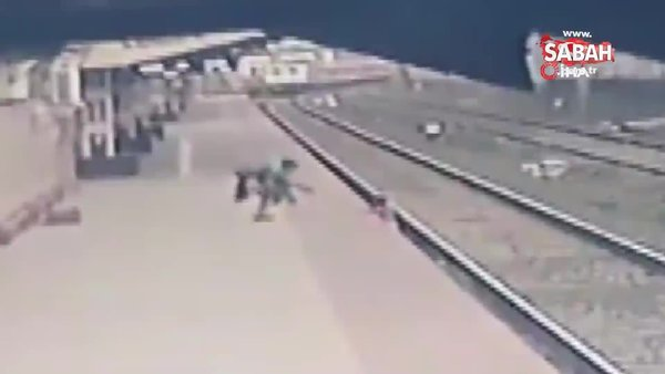 Tren raylarına düşen çocuğun son anda ölümden kurtarılma anı kamerada