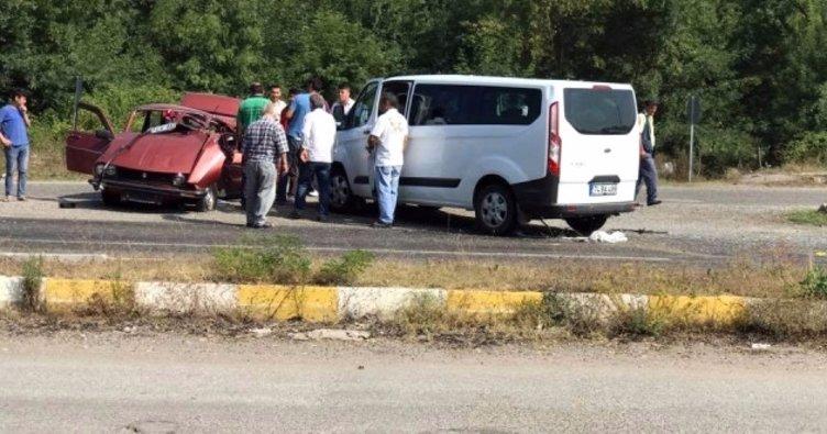 Zonguldak'ta minibüs ile otomobil kafa kafaya çarpıştı