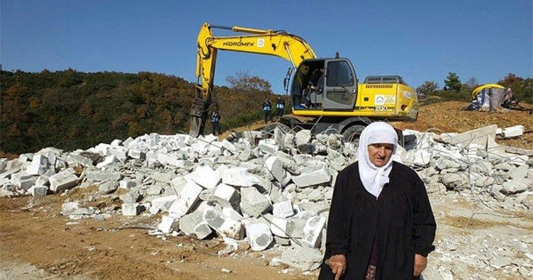 Hazine arazisine yaptığı tek katlı evi yıkıldı