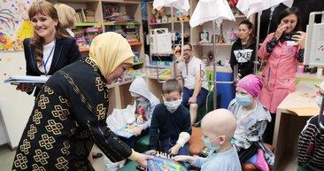 Emine Erdoğan'dan Moldovalı çocukları sevindiren ziyaret