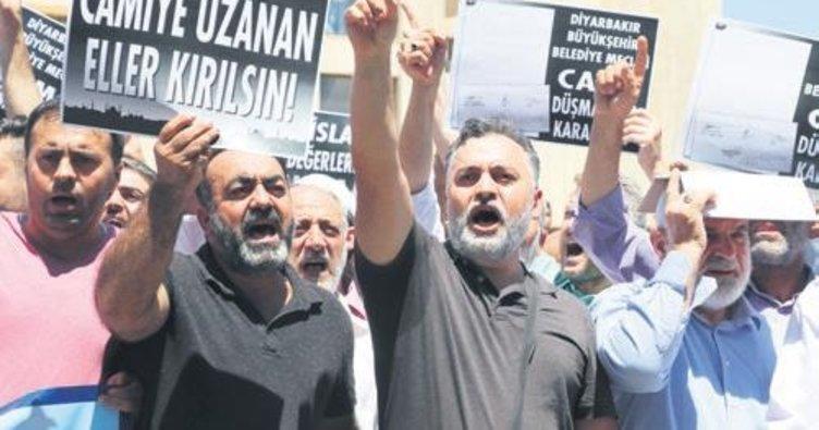 Diyarbakır Büyükşehir'e cami yıkımı protestosu