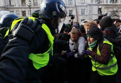 İngiltere'de öğrenciler ayaklandı