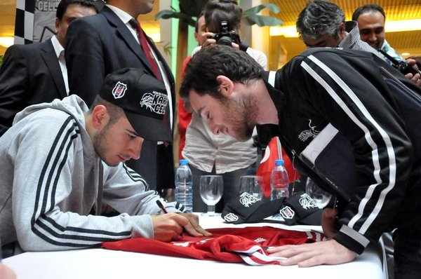 Beşiktaşlı futbolcular imza gününde