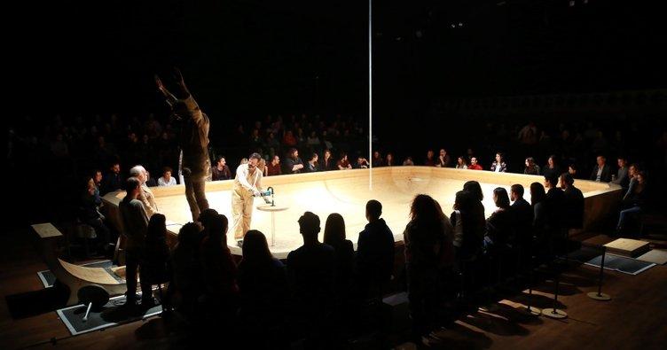 Açık arena etrafında sıra dışı tiyatro deneyimi